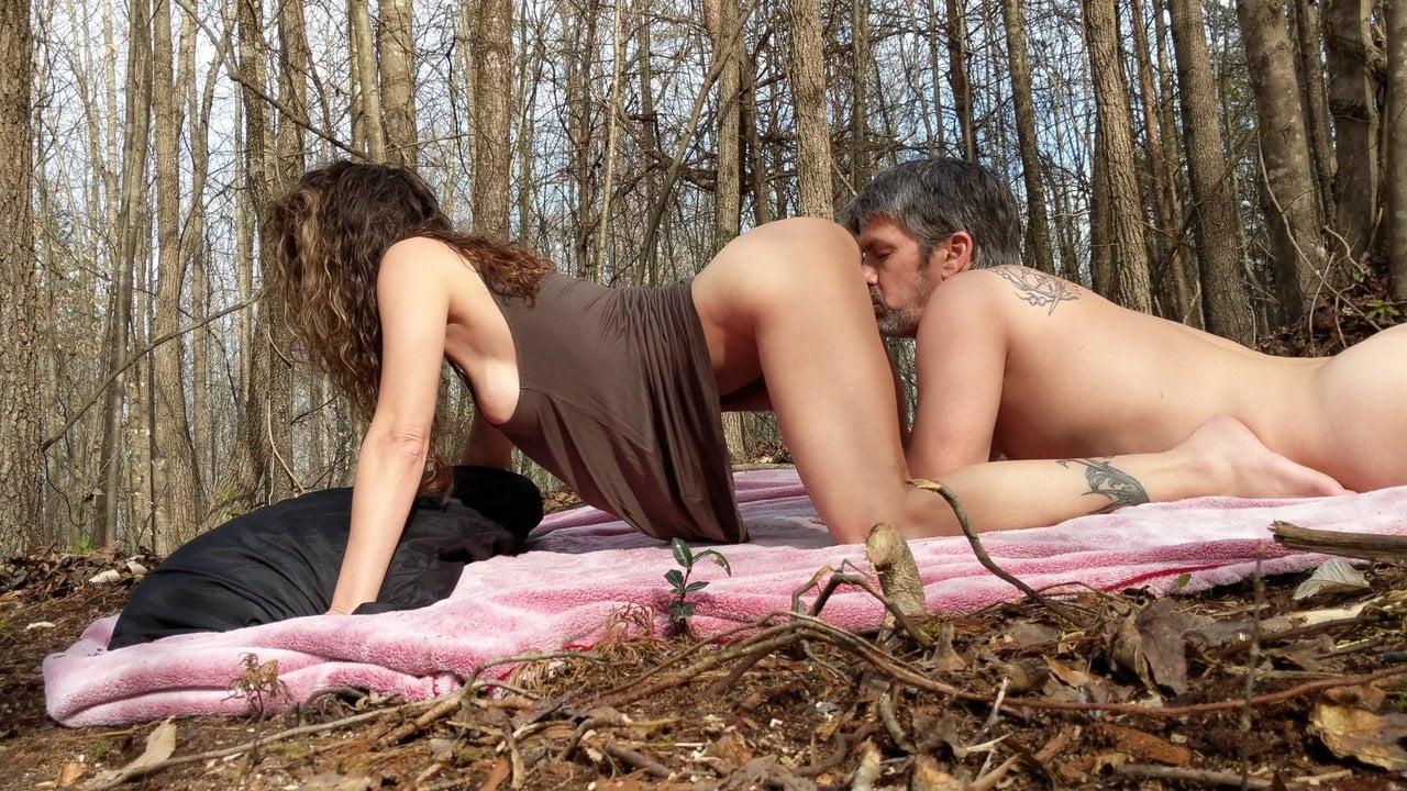 В лесу грудастая зрелая шалава делает домашний минет после куни
