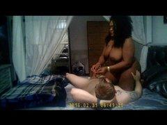 Толстая зрелая негритянка строчит домашний минет молодому хахалю