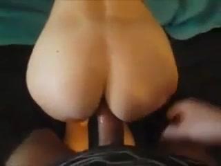 Татуированная молодая проститутка строчит домашнюю глубокую глотку