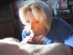 Зрелая блондинка с большой попой строчит любительский минет хахалю