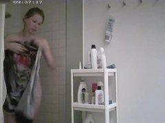 В ванной комнате домашняя скрытая камера снимает обнажённую девушку