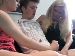 Зрелая блондинка помогает молодой кокетке дрочить член любовника