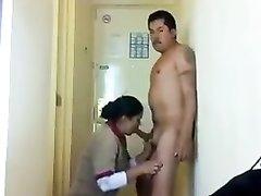 Подглядывание за горничной в гостинице делающей любительский минет