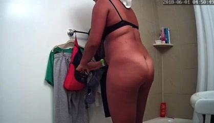 Зрелая домохозяйка с большой попой разделась перед скрытой камерой