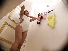 Шикарная девушка разделась перед любительской скрытой камерой