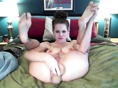 Жёсткая анальная мастурбация шлюхи перед любительской вебкамерой