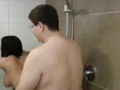 Толстяк лижет попу с киской и трахает гламурную брюнетку в душе