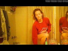 Рыжая красотка перед домашней скрытой камерой разделась в ванной