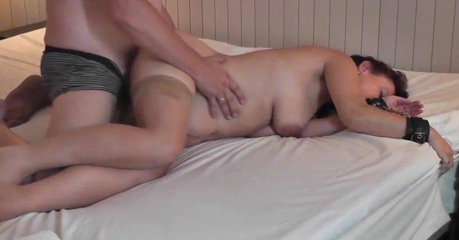 Грудастая зрелая брюнетка в наручниках обожает домашний секс