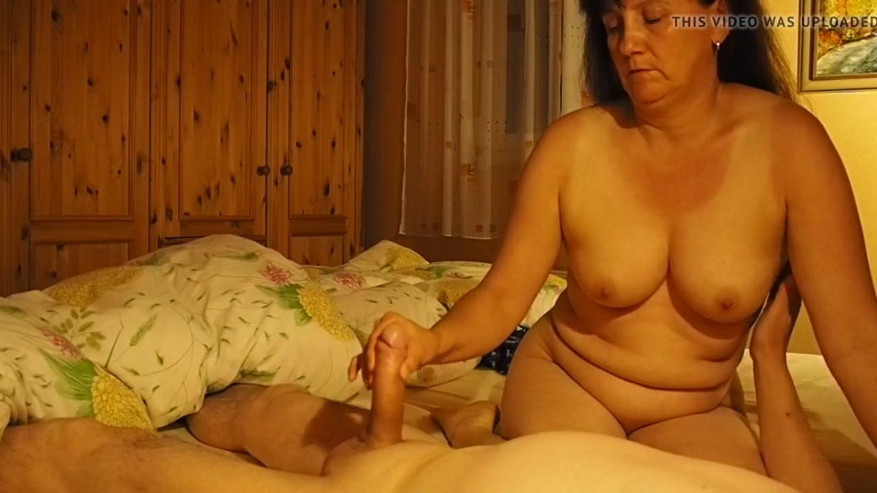 Зрелая грудастая домохозяйка сосёт член и показывает большую попу