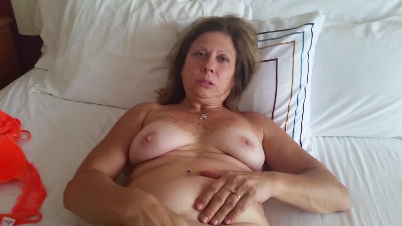 Реальная любительская мастурбация загорелой зрелой развратницы