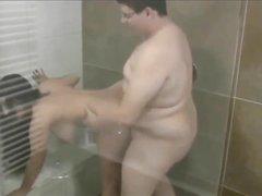 В ванной молодой толстяк лижет киску и трахает немецкую зрелую кокетку