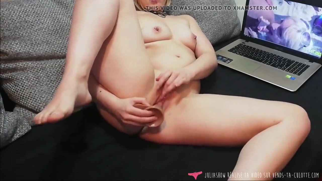 Молодая блондинка использует фаллос для любительской мастурбации