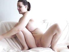 Зрелая брюнетка с большими сиськами мастурбирует анал секс игрушками