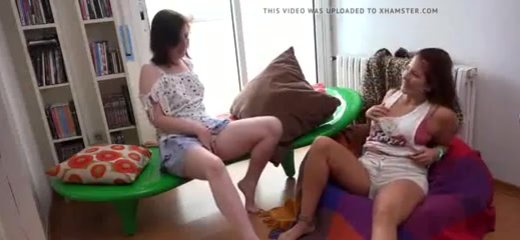 Любительское подглядывание за мастурбацией молодых лесбиянок