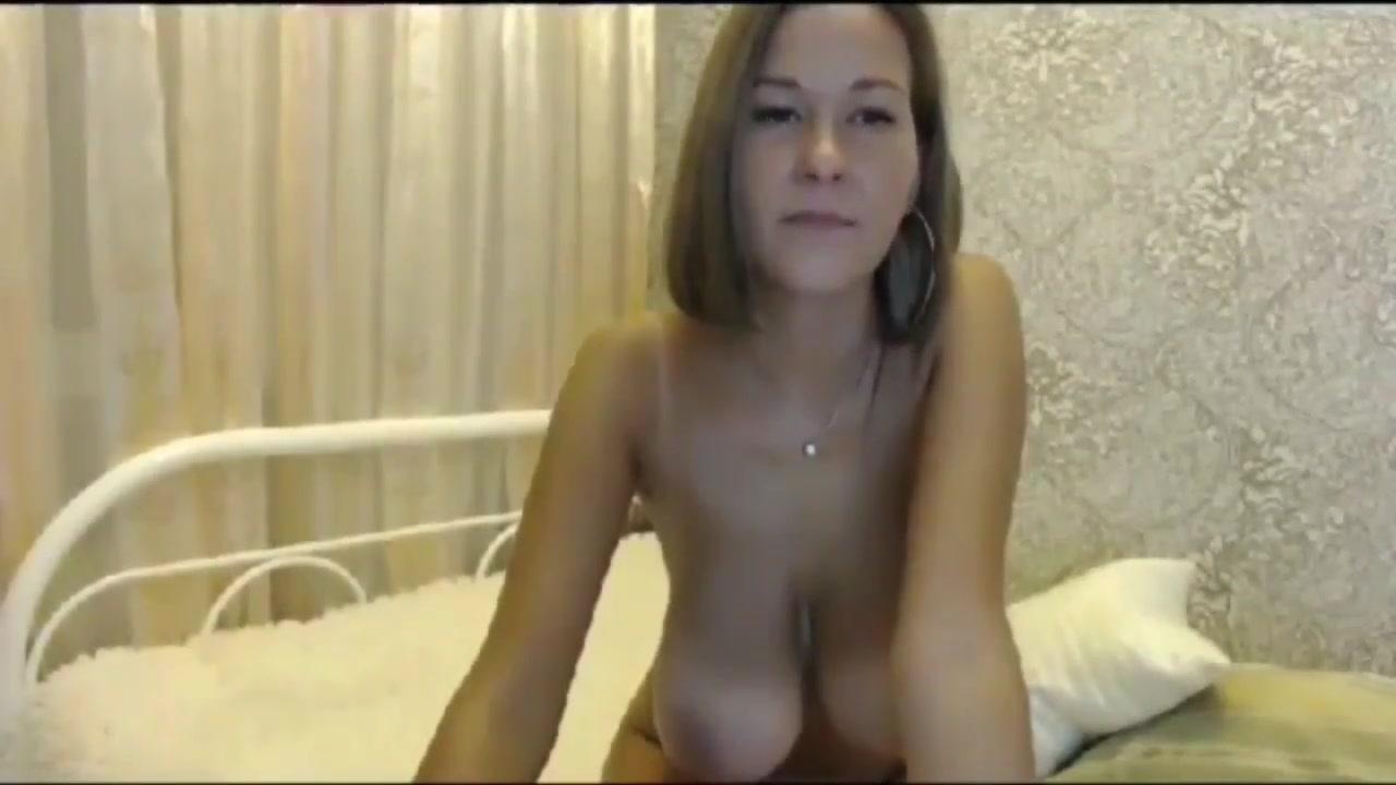 Русская блудница по любительской вебкамере показывает большие сиськи