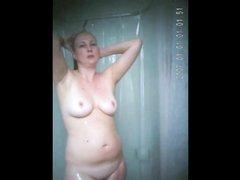 Зрелая грудастая дама перед любительской скрытой камерой приняла душ