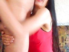 Возле вебкамеры зрелая брюнетка строчит любительский минет до оргазма