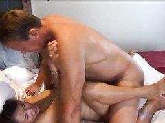 В присутствии мужа зрелая азиатка сосёт член и трахается с любовником