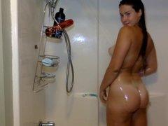 Эротическое шоу с молодой шлюхой перед любительской вебкамерой в душе