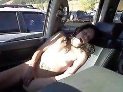 В машине молодая авто леди мастурбирует перед домашней скрытой камерой