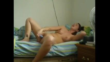 Красотка перед любительской вебкамерой раздевается и мастурбирует