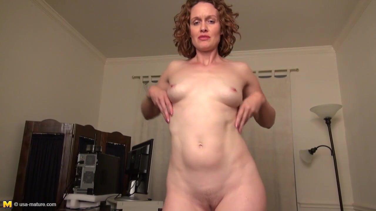 Рыжая зрелая дама использует вибратор для любительской мастурбации