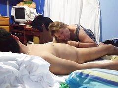 Латинская зрелая шлюха строчит домашний минет и трахается с клиентом