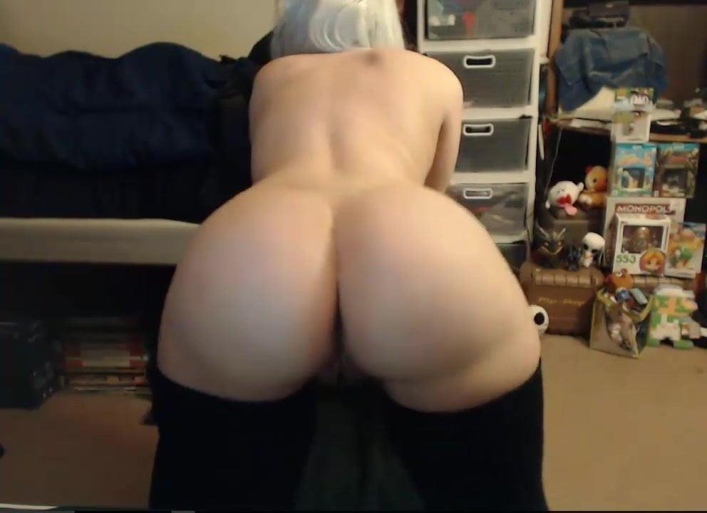 Блондинка по домашней вебкамере показывает большие сиськи и попу