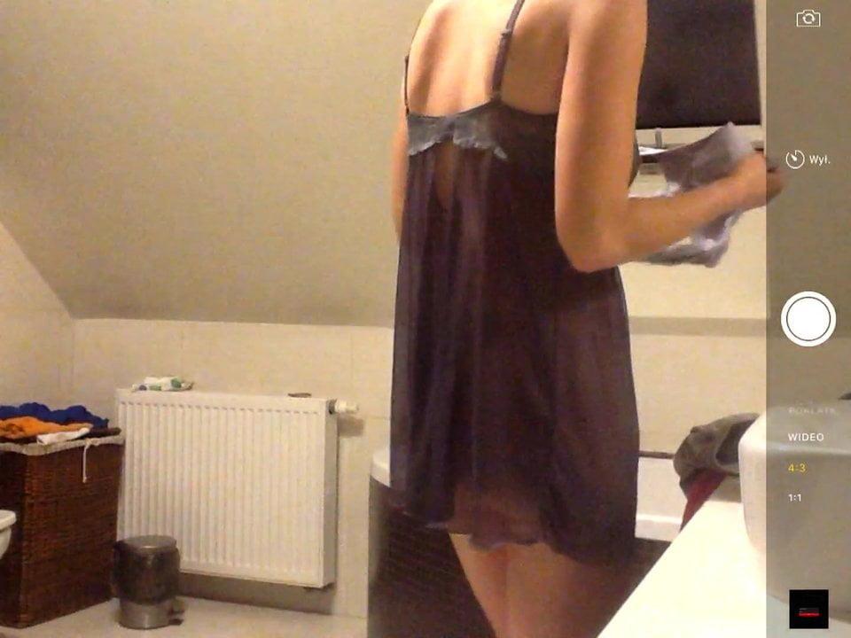 Зрелая брюнетка разделась перед домашней скрытой камерой в ванной