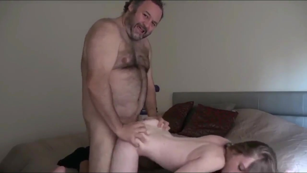 Зрелый толстяк снял молодую проститутку и трахнул после минета