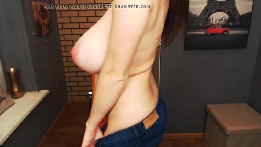 Зрелая дама перед домашней вебкамерой оголила большие сиськи