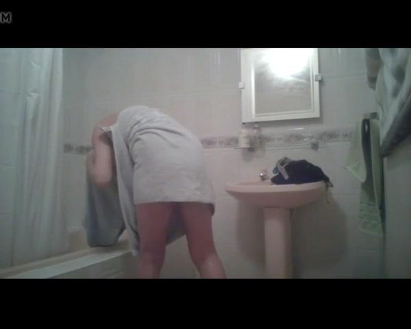 В ванной комнате домашняя скрытая камера снимает молодую блондинку
