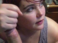 Рыжая развратница от первого лица делает любительскую глубокую глотку
