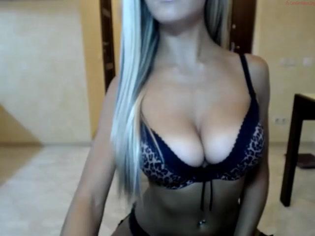 Русская блондинка по любительской вебкамере мастурбирует киску и анал