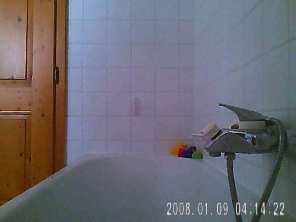 Любительское подглядывание за молодой красоткой купающейся в ванной