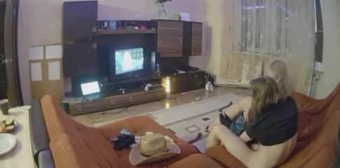 Худая русская блондинка делает домашний минет возбуждённому гостю