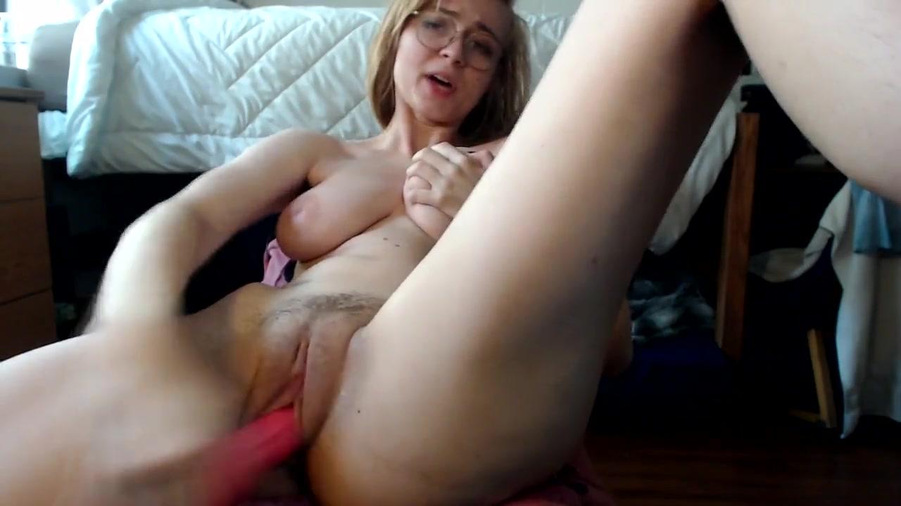Блондинка использует фаллос для домашней мастурбации волосатой киски