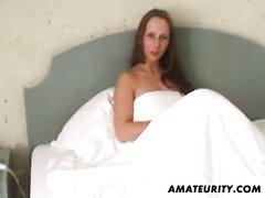 Блудница с большими сиськами строчит домашний минет поклоннику