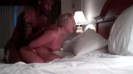 Зрелая блондинка с большой попой выбирает домашний хардкор с негром