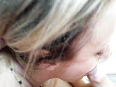 Крупным планом зрелая блондинка делает минет стонущему любовнику