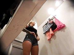 Блондинка обнажилась перед домашней скрытой камерой в примерочной