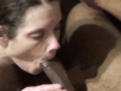 Белая любовница отсасывает чёрный член для окончания на лицо