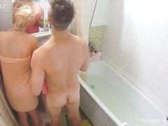В ванной домашнее подглядывание за купающейся русской блондинкой