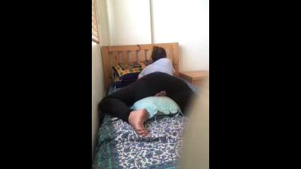Девушка перед домашней вебкамерой мастурбирует киску и кончает