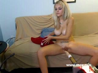 Блондинка перед домашней вебкамерой мастурбирует киску секс машиной