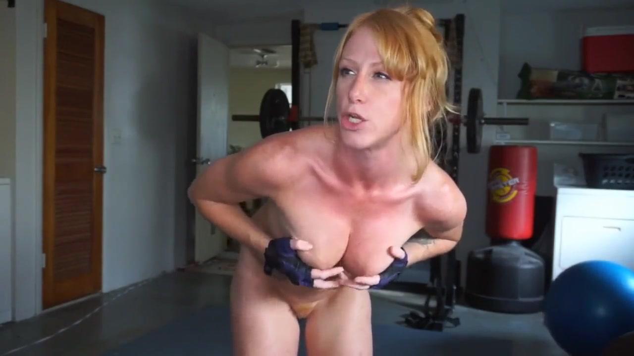 Тренировка и домашняя мастурбация рыжей спортсменки перед вебкамерой
