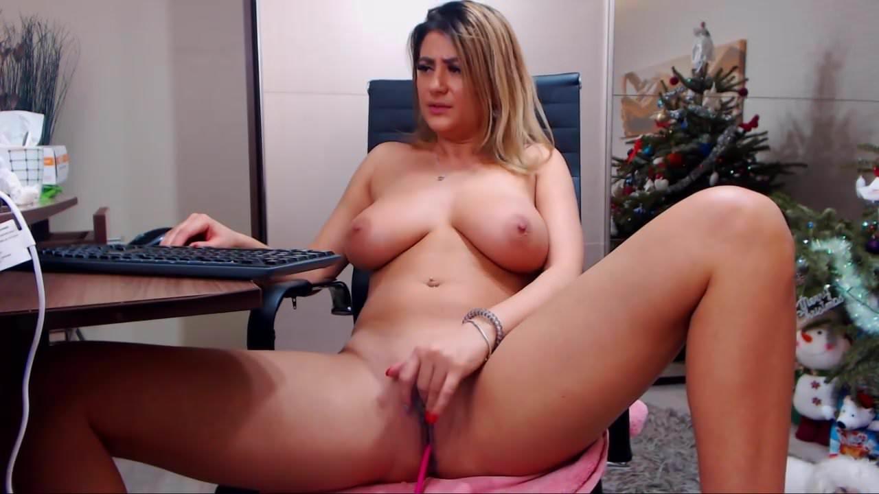 Зрелая кокетка с большими сиськами и домашняя мастурбация по вебкамере