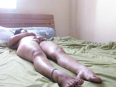 Подглядывание за домашней мастурбацией возбуждённой зрелой дамы