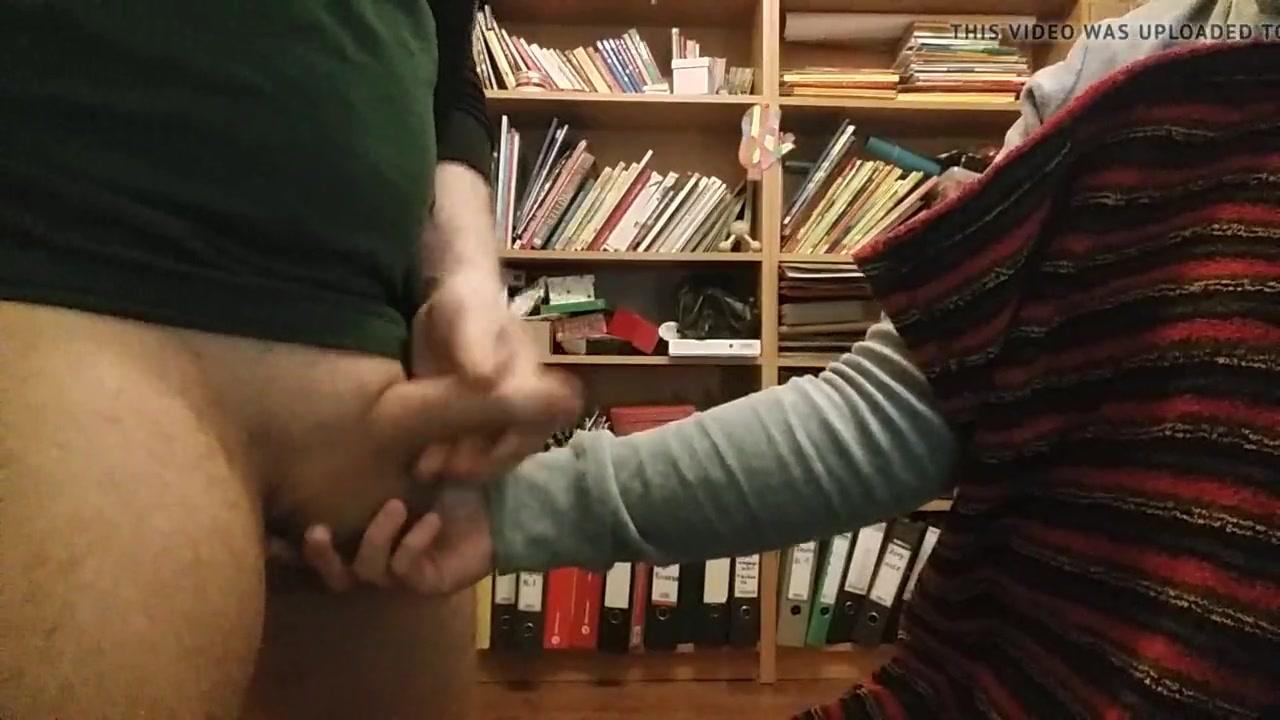Читатель перед домашней вебкамерой дрочит член и кончает на даму